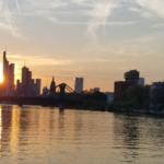 Gemütlicher cruise entlang des Mains in die Innenstadt Frankfurts
